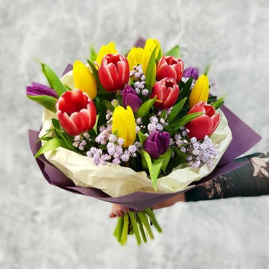 Яркий букет из тюльпанов и гипсофилы в стильной упаковке: букеты цветов на заказ Flowwow