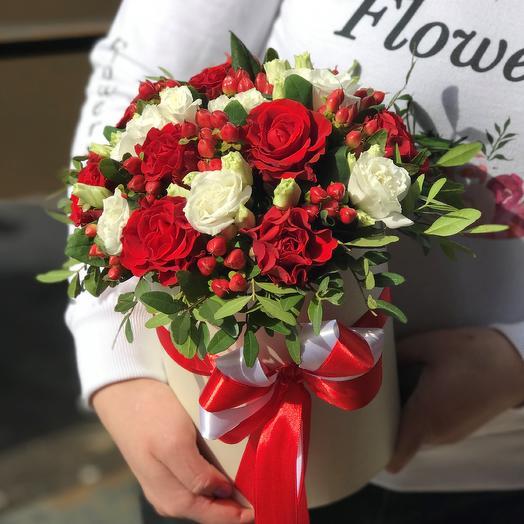 Коробки с цветами. Розы. Эустома. N394: букеты цветов на заказ Flowwow