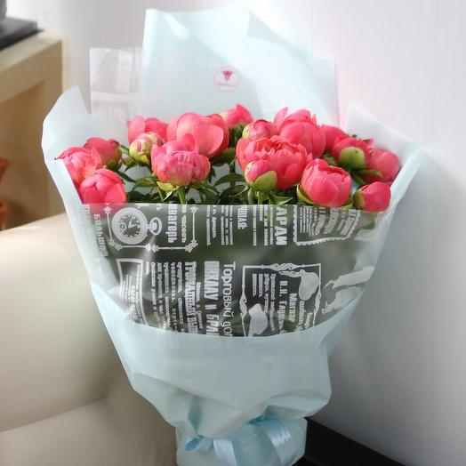 25 коралловых пионов в дизайнерской упаковке: букеты цветов на заказ Flowwow