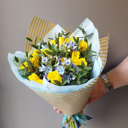 Букет с нарциссами и незабудками: букеты цветов на заказ Flowwow