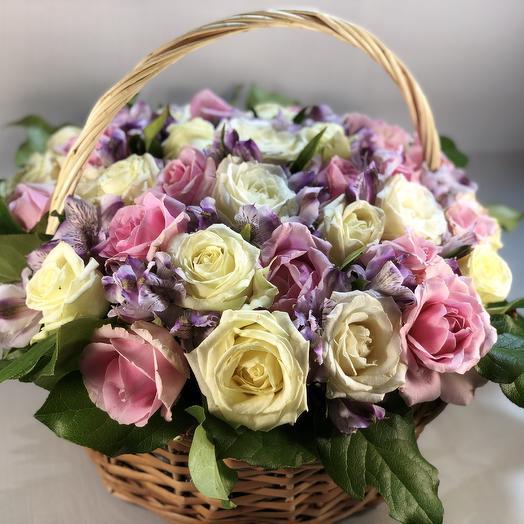 Корзинка с розами: букеты цветов на заказ Flowwow