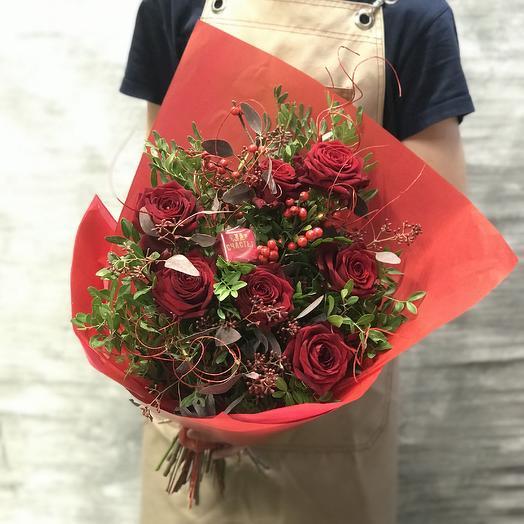 Букет из красных роз и шоколадом: букеты цветов на заказ Flowwow