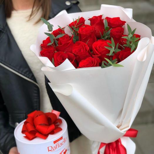 Букет красных роз и конфеты