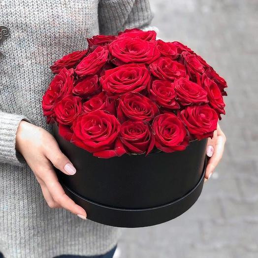 Роза ред Наоми в коробке: букеты цветов на заказ Flowwow