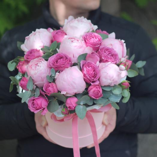 Розовые пионы и розы в коробке