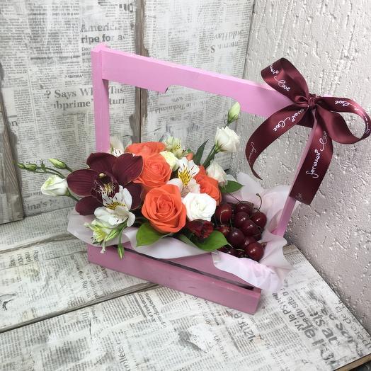 Деревянный ящик с цветами и черешней
