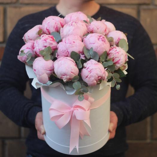 17 розовых пионов в коробке