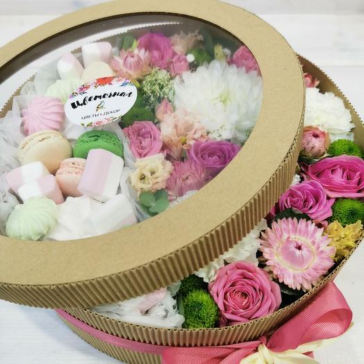 Цветы в крафт коробке с макарунсами, маршмелоу и зефиром