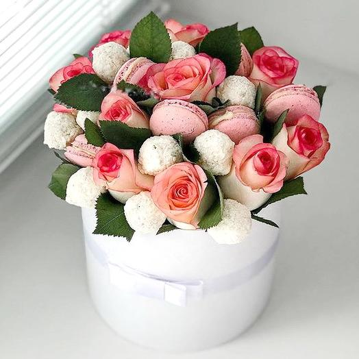 Коробочка с розами,макарунс и рафаелло