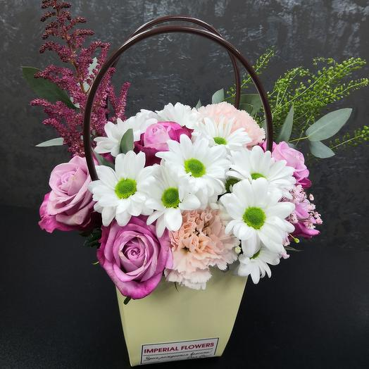 Авторская композиция, состовляющая из главных цветов хризантемы и розы, они относятся к долгоиграющим цветам