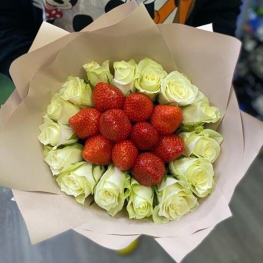 Букет с розами и земляникой