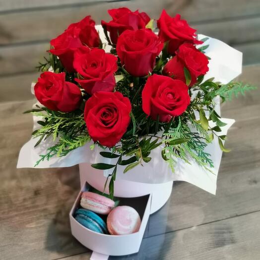 Коробка Красный роз с Макаруни