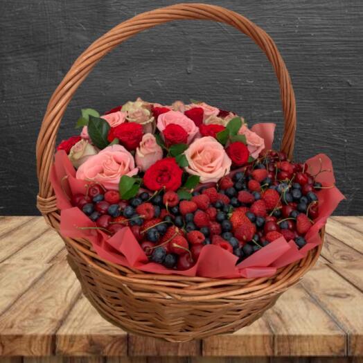 Эко подарочный набор из ягод и цветов