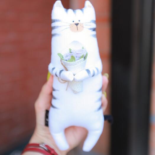 Полосатый кот с лавандовым букетом
