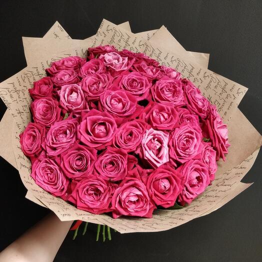 35 роз винного благородного цвета