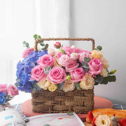 Цветы в корзине/ лизиантусы, розы и гортензия