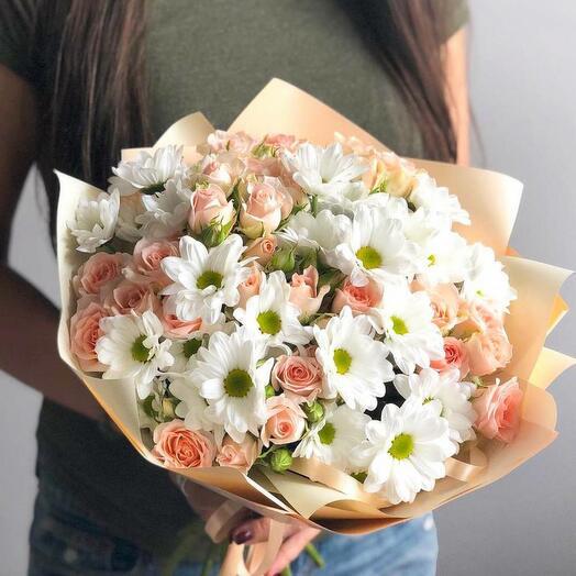 Персиковый букет из хризантемы и кустовых розочек