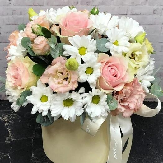 Коробка из роз и хризантем