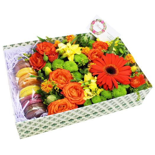 Коробочка с цветами и макарунами 30: букеты цветов на заказ Flowwow