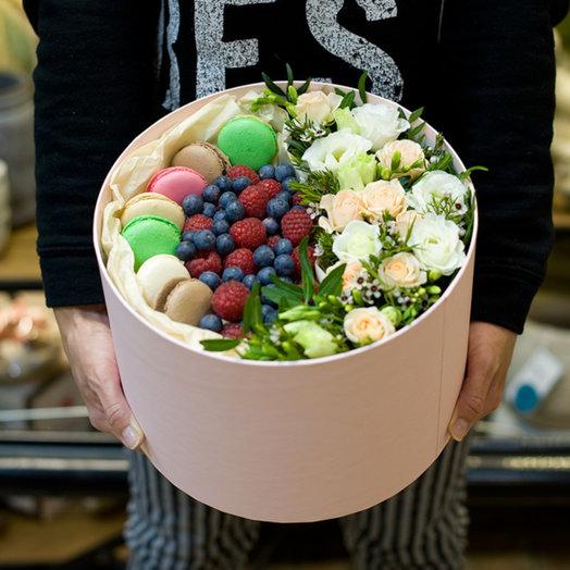 "Коробка с цветами, ягодами и макарунами ""Frenchkiss"": букеты цветов на заказ Flowwow"