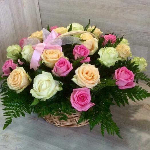Корзина из 29 разноцветных роз: букеты цветов на заказ Flowwow