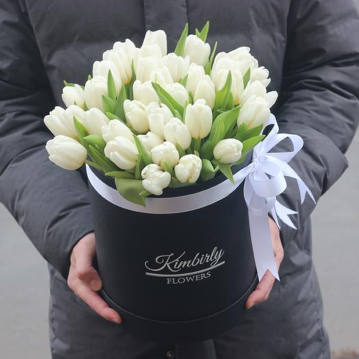 35 белых тюльпанов в коробке: букеты цветов на заказ Flowwow