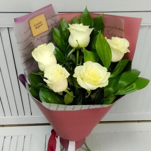 Букет комплимент из 5 ти белых роз с зеленью: букеты цветов на заказ Flowwow