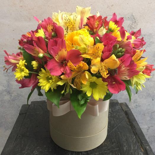 Шляпная коробка с хризантемой и альстромерией: букеты цветов на заказ Flowwow