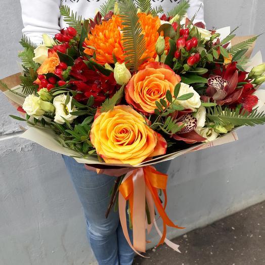 Букет с оранжевыми розами и красной альстромерией