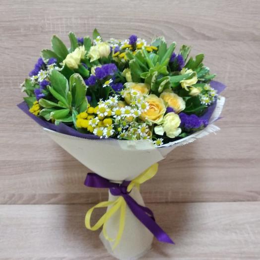 Букет из нежных цветов со статицей