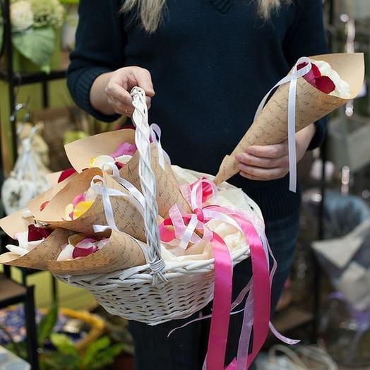 Лепестки роз в корзине в крафтовых кулечках: букеты цветов на заказ Flowwow
