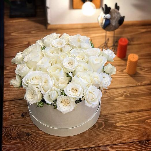 Композиция из белых роз