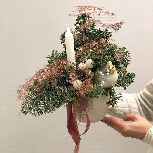 Новогодняя композиция в белом кашпо: букеты цветов на заказ Flowwow