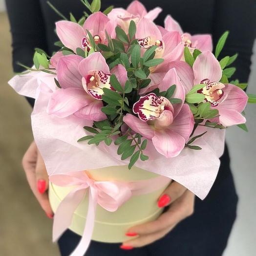 Нежная шляпная коробочка с орхидеей