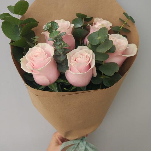 Моно из нежных роз с эвкалиптом