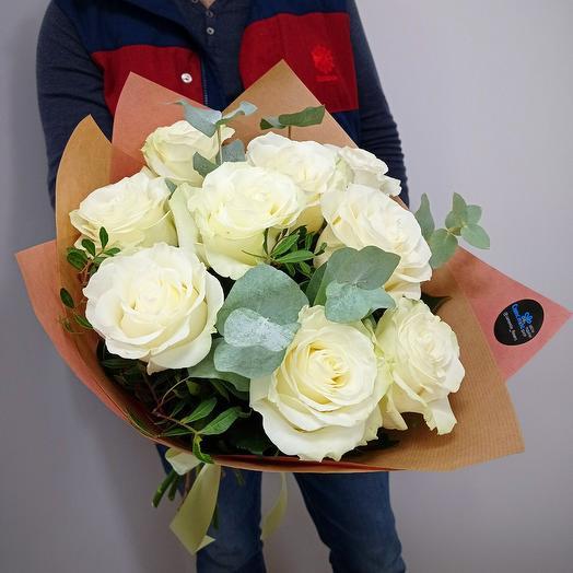 9 белых пионовидных розс эвкалиптом в крафтовой упаковке
