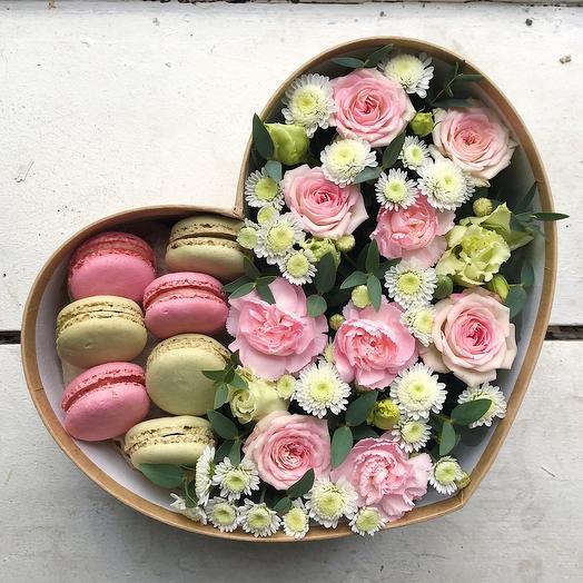 Маленькое сердце из цветов со сладостям