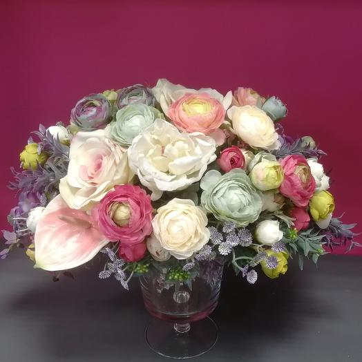 Композиция из искуственных цветов в стеклянной вазе