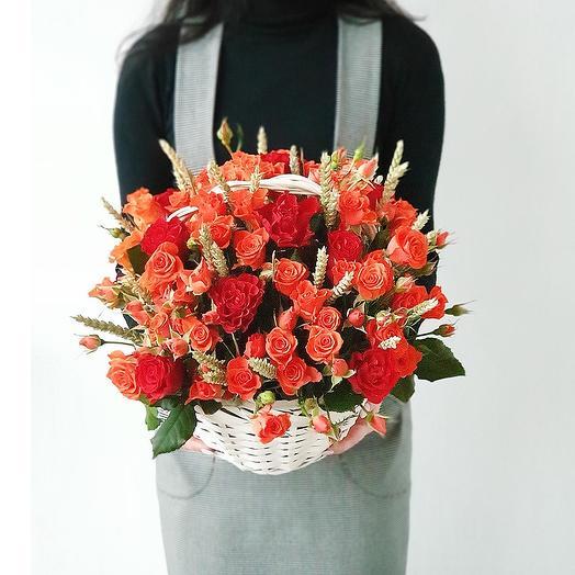 Яркая оранжевая корзина с розами
