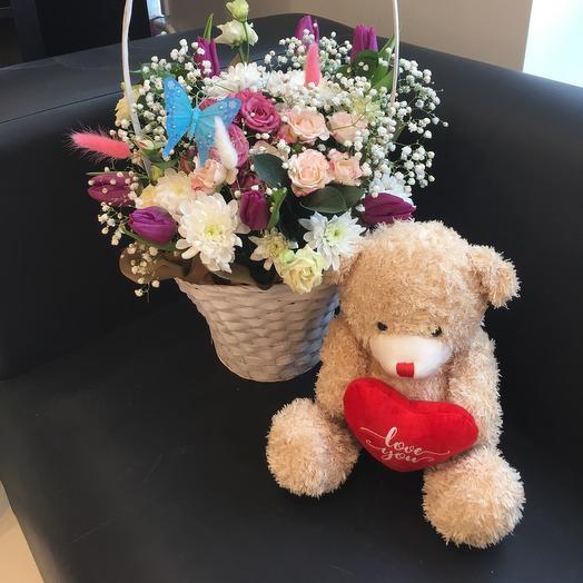 Цветы в корзине и очаровательный медвежонок