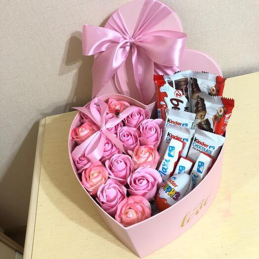 Мыльные розы с киндер шоколадом в коробке