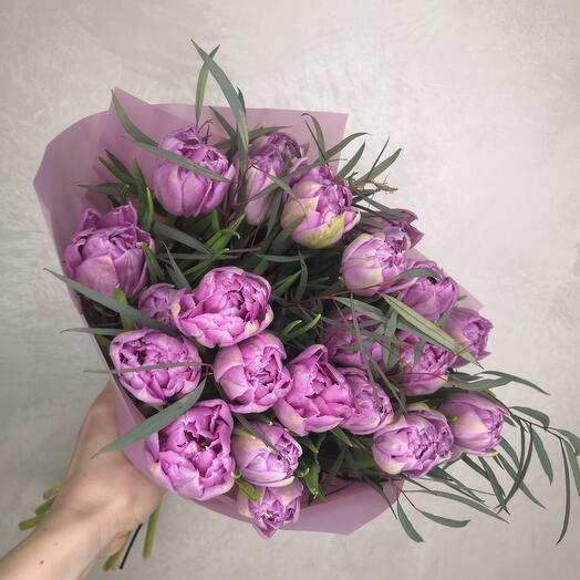 Охапка 25 махровых лавандовых тюльпанов с эвкалиптом