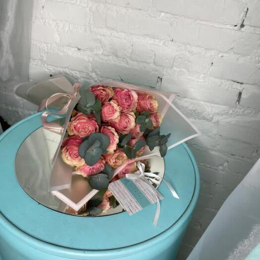 11 пионовидных роз с эвкалиптом