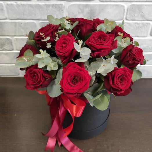 Розы с эвкалиптом в коробке