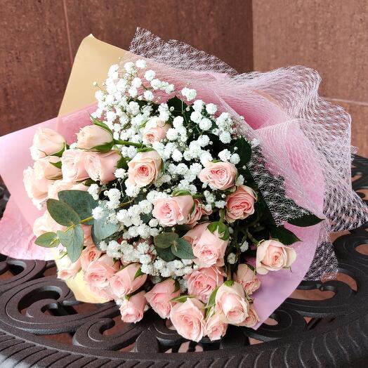 Букет из нежных роз и гипсофилы