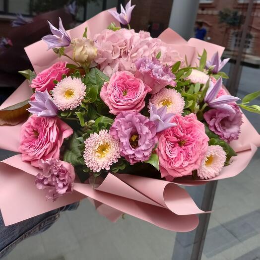 Букет с гортензией и садовой розой