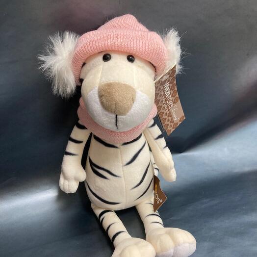 Тигрица в шарфе и шапке