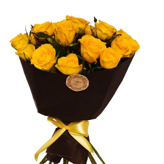 Желтые розы в черном