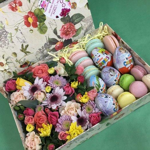 Коробочка с цветами и киндер сюрпризом: букеты цветов на заказ Flowwow