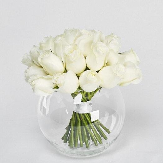 Белоснежные розы в круглой вазе: букеты цветов на заказ Flowwow